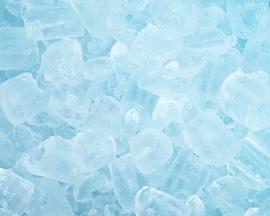 Kockice leda simuliraju trenutan osjećaj hlađenja koji pruža Lioton 1000 gel