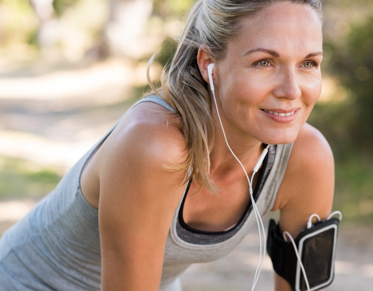 Fizički spremna žena se priprema da vježba kako bi spriječila vensku insuficijenciju