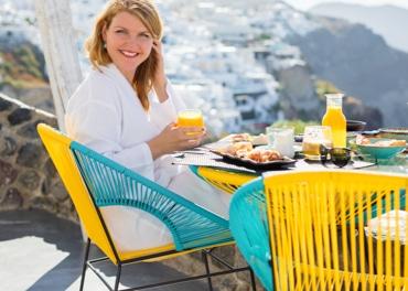 Vitalna, nasmijana žena uživa u zdravom doručku kako bi spriječila vensku insuficijenciju