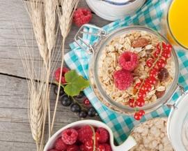 Zdrav, izbalansiran doručak, bogat vlaknima za sprečavanje zatvora i varikoznih vena