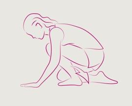 Žena kleči na jednom koljenu s rukama na podu i isteže list