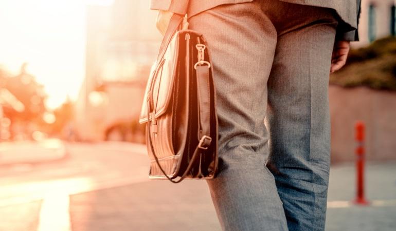Muškarac nosi torbu u kojoj je Lioton® 1000 gel.