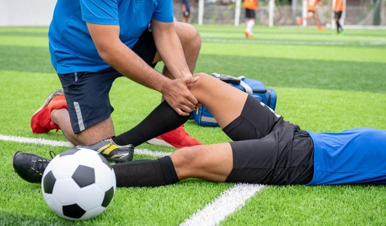 Povrijeđeni fudbaler i ljekar sa Lioton® 1000 gelom
