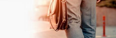 Muškarac nosi torbu sa Lioton 1000 gelom